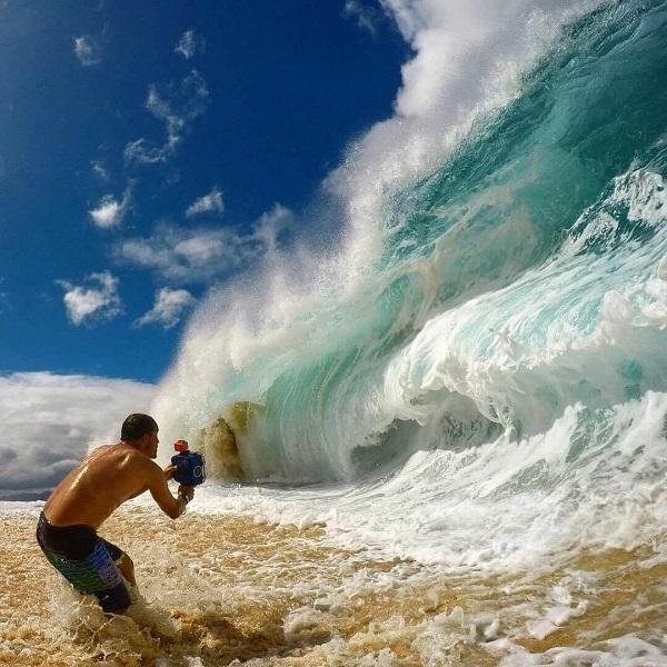 Màu trắng của sóng biển tạo nên do sự phản xạ ánh sáng theo nhiều hướng