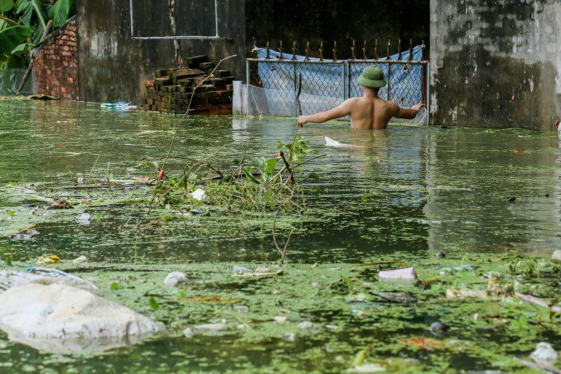Lũ lụt mang theo những rác thải cuốn đi khắp nơi, đổ ra các nguồn nước