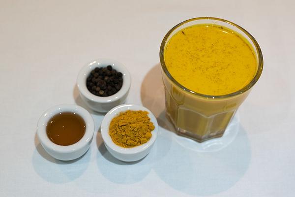 Tinh bột nghệ và mật ong chữa bệnh đau dạ dày rất hiệu quả
