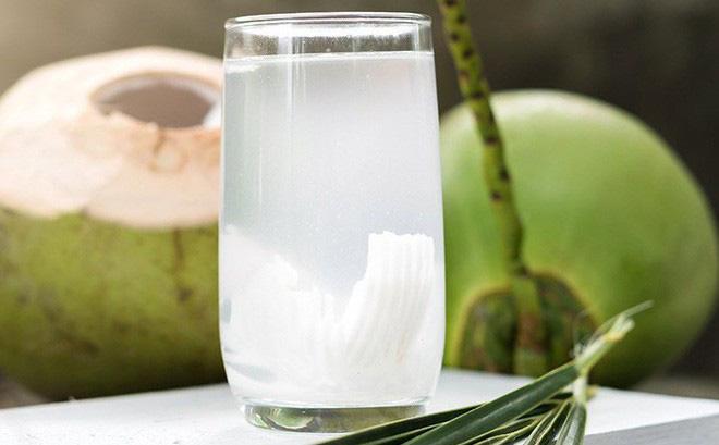 Ngoài tính mát, nước dừa còn giúp điều hòa huyết áp và giảm mỡ máu.