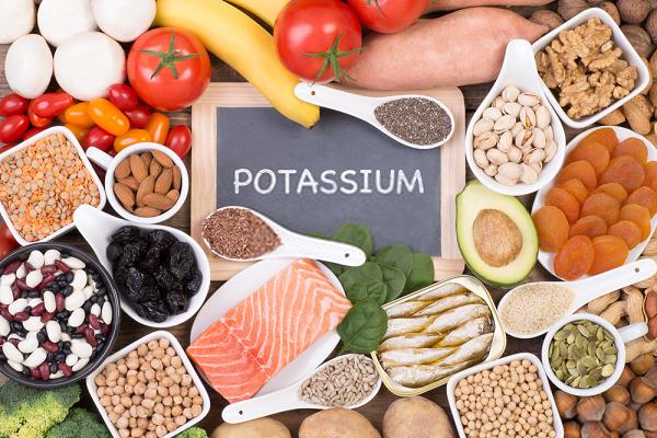 Bổ sung các loại thực phẩm an toàn có chứa potassium như: chuối, bí, súp lơ xanh, nho khô, sữa chua,... sử dụng theo lời khuyên của chuyên gia