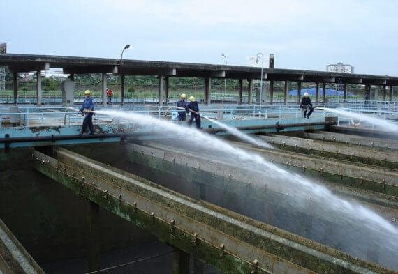 Công nhân nhà máy nước quận Thủ Đức rửa bể lắng lọc