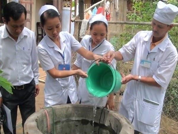 Hòa dung dịch ở tỷ lệ thích hợp rồi đổ xuống giếng nước