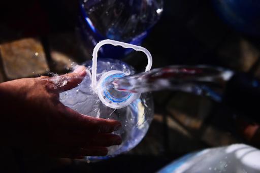 Sử dụng nước sạch đóng chai để mang lại sức khỏe an toàn