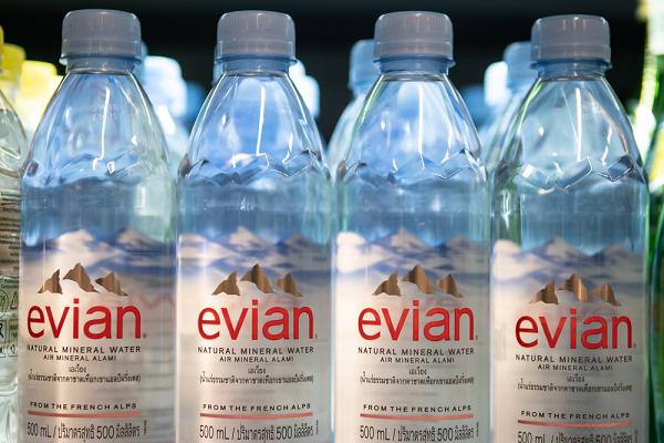 Nước khoáng Evian được tinh lọc từ những giọt nước tan trên núi tuyết