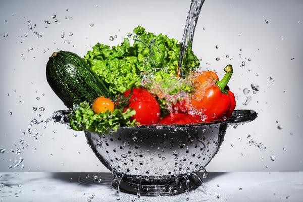 Sau khi rửa rau bằng thuốc tím pha loãng thì nên dùng nước sạch rửa lại