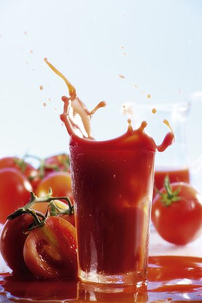 Uống nước cà chua sau bữa tối giúp quá trình tái tạo tế bào và mô diễn ra thuận lợi hơn.
