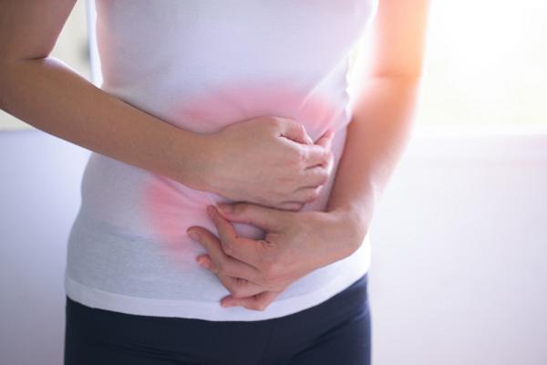 Trà hoa cúc giảm thiểu triệu chứng đau bụng kinh ở phụ nữ