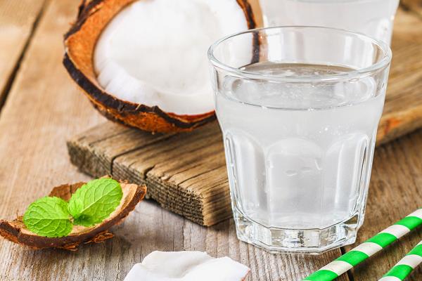 Uống nước dừa đúng cách có lợi đường tiêu hóa
